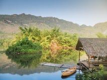 Bambusowa tratwa w rzece z drzewem, góra i niebieskie niebo Obraz Stock
