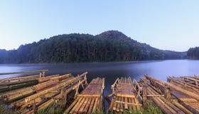 Bambusowa tratwa w Ssanie w żołądku jeziorze Obrazy Stock