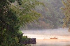 Bambusowa tratwa w Ssanie w żołądku jeziorze, Tajlandia Obrazy Stock