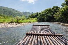 Bambusowa tratwa w strumieniu Obrazy Stock