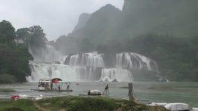 Bambusowa tratwa z turystami przy zakazu Gioc siklawą, Wietnam zdjęcie wideo