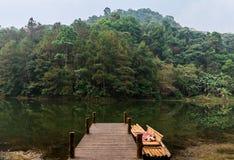 Bambusowa tratwa zawijająca mały most na spokojnym tropikalnym halnym jeziorze w ssanie w żołądku Ung, Mae Hong syna prowincja, T zdjęcie stock