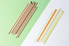 Bambusowe i plastikowe s?oma dla pi? na kolorowym tle, poj?cie alternatywa obrazy stock