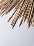 Bambusowi Skewers na białym stole obraz stock