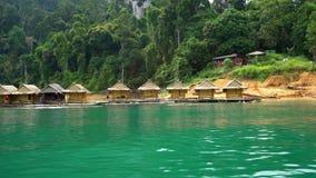 Bambusowi tratwa domy przy Cheow Lan jeziorem w Khao Sok parku narodowym, Tajlandia zdjęcie wideo