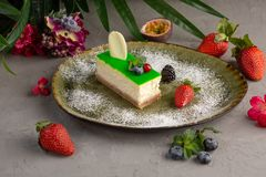 Bambusowy cheesecake na zielonej owoc i talerzu fotografia stock