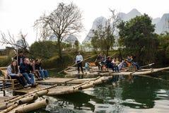 Bambusowy flisactwo wzdłuż Yulong rzeki podczas zima sezonu z pięknem krajobraz jest popularnym aktywnością w Guilin Zdjęcia Royalty Free