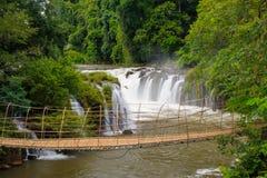 Bambusowy linowy most w Tad Pha Souam siklawie, Laos. Obraz Stock