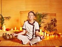 Bambusowy masaż przy zdrojem i kobietą. Obraz Stock