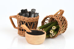 Bambusowy węgiel drzewny palił i bambusowy świeży w koszykowym i Bambusowym węgla drzewnego proszku Obraz Royalty Free