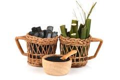 Bambusowy węgiel drzewny palił i bambusowy świeży w koszykowym i Bambusowym węgla drzewnego proszku Obraz Stock