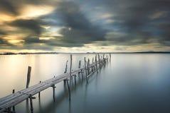 Bambuspierbrücke bei schönem Sonnenuntergang Lizenzfreies Stockfoto