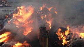 Bambusreis ist Koch auf Feuer, wie das traditionelle Kochen in Thailand Es wird genannt ` Khao-Flucht ` stock video footage