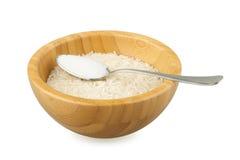 Bambusschüssel mit Reis- und Stahllöffel mit Salz Stockfotografie