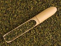 Bambusschaufel mit trockenen grünen Teeblättern stockfotografie