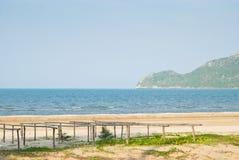 Bambusstock für trocknende Fische und das Meer Stockfotos