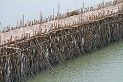 Bambusstockbrücke auf See auf Birma/Myanmar Lizenzfreie Stockfotos