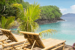 Bambusstuhl auf einem Strand stockfotografie