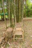 Bambustabelle und Stühle im Garten Stockfoto
