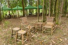 Bambustabelle und Stühle im Garten Stockfotos