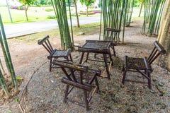 Bambustabelle und Stühle im Garten Lizenzfreie Stockfotos