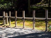 Bambustaket i japanträdgård Arkivbild