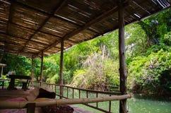 Bambusterrasse durch den Fluss für einen Familienurlaub Lizenzfreie Stockfotos