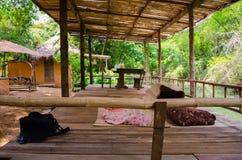 Bambusterrasse durch den Fluss für einen Familienurlaub Stockfotografie