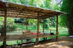 Bambusterrasse durch den Fluss für einen Familienurlaub Stockbild