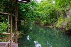 Bambusterrasse durch den Fluss für einen Familienurlaub Stockbilder