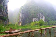 Bambusterrasse sitzt mystischen Bergen der Anlegestelle, Vietnam vor stockfoto