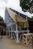 Bambustrukturen som kommer med kroppen upp, bjöd kremeringtornet för den Ubud kungafamiljenbegravningen, Ngaben ceremoni arkivfoto