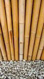 Bambuszaun mit Steinen Lizenzfreie Stockfotografie