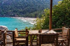 Bambuuteplats på en strand arkivfoton