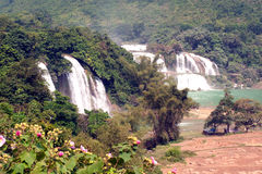 Ban Gioc Waterfall i den Vietnam och Datian vattenfallet i Kina Arkivfoton