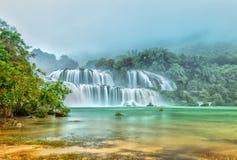 Ban Gioc Waterfall som är dimmigt i morgondagget Arkivbilder