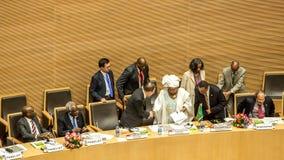 Ban Ki-moon, het schudden handen met Dr. Nkosazana Dlamini-Zuma Royalty-vrije Stock Foto's