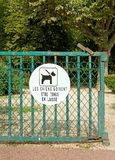 Ban sign: dogss must be kept on a lead, garden public Royalty Free Stock Photos