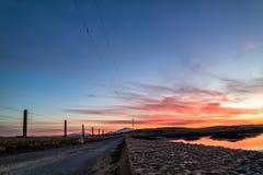 Bana över Atlanten in i solnedgången arkivbild