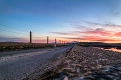 Bana över Atlanten in i solnedgången royaltyfri fotografi