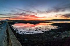 Bana över Atlanten in i solnedgången arkivfoto