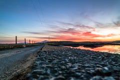 Bana över Atlanten in i solnedgången royaltyfri bild