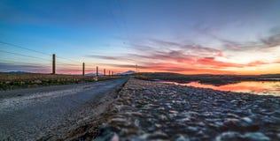 Bana över Atlanten in i solnedgången royaltyfria foton