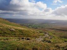 Bana över bergen med Coniston vatten i avståndet, med varma höstfärger, sjöområde fotografering för bildbyråer