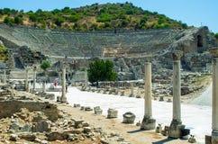 Bana av kolonner till amfiteatern av Ephesus, Turkiet Royaltyfri Foto