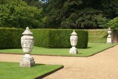 Bana eller bana med dekorativa urnor och häcken Royaltyfri Foto