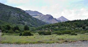 Bana, gräsplan och ökenberg Fotografering för Bildbyråer