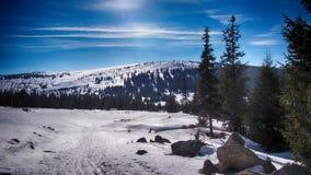 Bana i det lösa berglandskapet som täckas med snö Arkivbilder