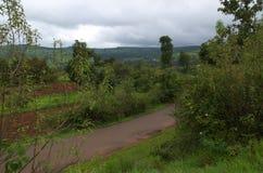 Bana i ett indiskt jordbruksmarklandskap Arkivfoton