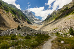 Bana i Kaukasus berg till den Chalaadi glaciären Royaltyfria Bilder